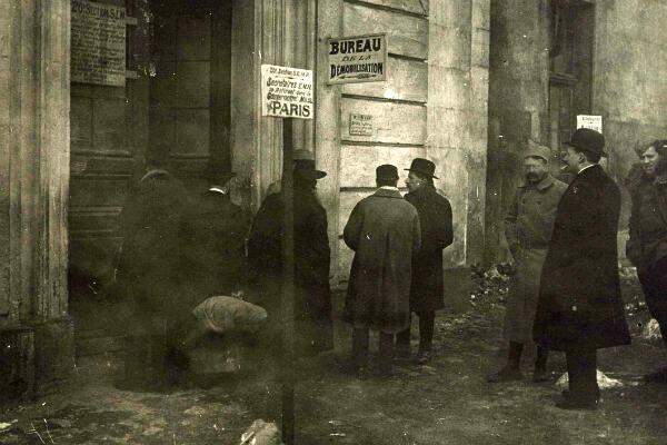 L'entrée d'un bureau de démobilisation à Paris en février 1919