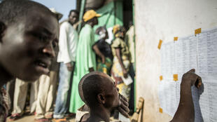 Des électeurs devant un bureau de vote de Bangui, le 13 décembre 2015.