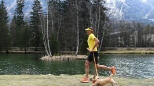 Le traileur australien Dion Leonard et sa chienne Gobi, à Chamonix-Mont-Blanc, le 10 avril 2019