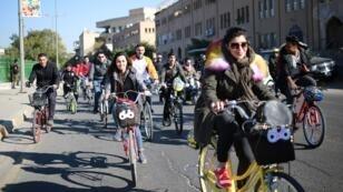 العراقية مارينا جابر تركب الدراجة الهوائية مع آخرين في العاصمة العراقية بغداد