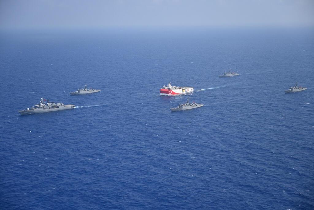 سفينة الأبحاث الزلزالية التركية ترافقها سفن تابعة للبحرية التركية أثناء إبحارها في البحر الأبيض المتوسط، قبالة أنطاليا، تركيا، 10 أغسطس/ آب 2020.