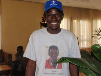 Moussa Ouedraogo arrives at the hotel dressed in a T-shirt promoting himself and his taxi service. (Photo: L. Jacinto)