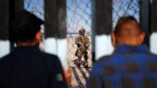 """Des migrants de la """"caravane"""" partie du Honduras sont arrivés à Tijuana, au Mexique, à la frontière avec les États-Unis."""