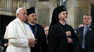 El Papa Francisco camina con los sacerdotes mientras visita la catedral de Alexander Nevski en Sofía el 5 de mayo de 2019.