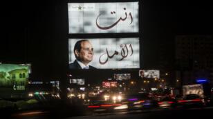 لوحة عملاقة تدعم الرئيس المصري عبد الفتاح السيسي في الانتخابات الرئاسية المقبلة في العاصمة القاهرة 17 آذار/مارس 2018