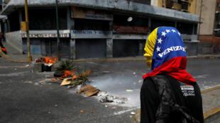 Un manifestante participa en una protesta contra el gobierno del presidente Nicolás Maduro por fallas en el suministro eléctrico en Caracas, Venezuela , el 31 de marzo de 2019.