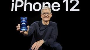 El CEO de Apple, Tim Cook, sostiene el nuevo iPhone 12 Pro durante un evento de presentación de nuevos productos en Apple Park en Cupertino, California