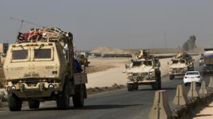 Un convoy de vehículos blindados estadounidenses cruzan hacia la ciudad fronteriza de Dohuk, Irak, desde Siria el lunes 21 de octubre de 2019.