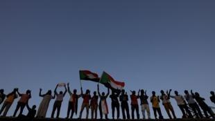 Manifestantes sudaneses asisten a una protesta frente al recinto del Ministerio de Defensa en Jartum, Sudán, el 6 de mayo de 2019.