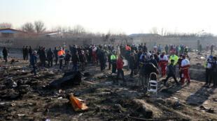 فرق الانقاذ تعمل في موقع تحطم الطائرة الاوكرانية في طهران في 8 كانون الثاني/يناير 2020.