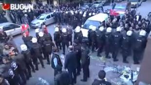 La police turque encercle l'entrée du siège de la télévision turque, Bugün TV, mercredi 28 octobre.