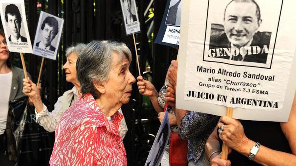"""Mario Sandoval, le """"boucher"""" argentin, a été extradé dimanche de Paris vers Buenos Aires."""