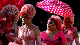 Participantes con disfraces se preparan para el aniversario 40 del desfile de Mardi Gras, la marcha LGBTI de Sídney, Australia, el 3 de marzo de 2018.