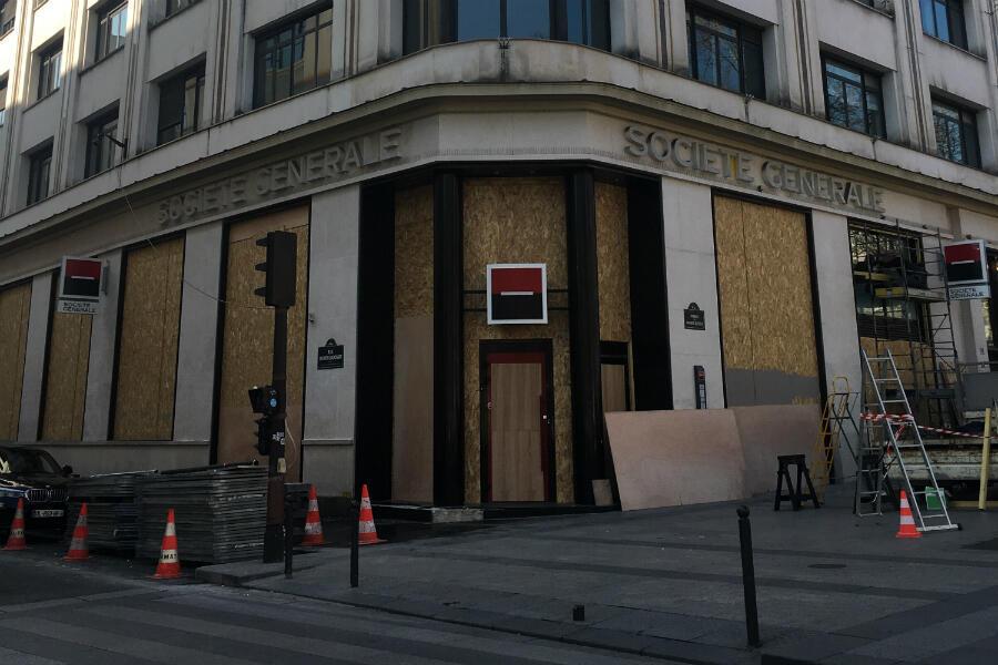 Les vitrines de la banque Société générale, au 91 avenue des Champs-Élysées, ont été protégées de panneaux pour éviter la casse, lors des manifestations des Gilets jaunes.