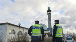 Des policiers suèdois en factions devant une mosquée (archives).