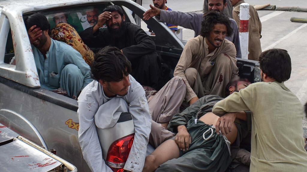 Varios heridos tras la explosión son llevados a un hospital en Quetta el 13 de julio de 2018 después de un ataque en un mitin electoral.