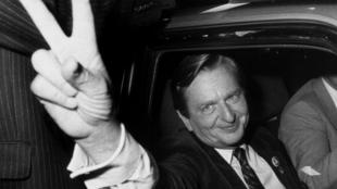 El político sueco Olof Palme hace la señal de la victoria después del triunfo electoral de los socialdemócratas, el 19 de septiembre de 1982.