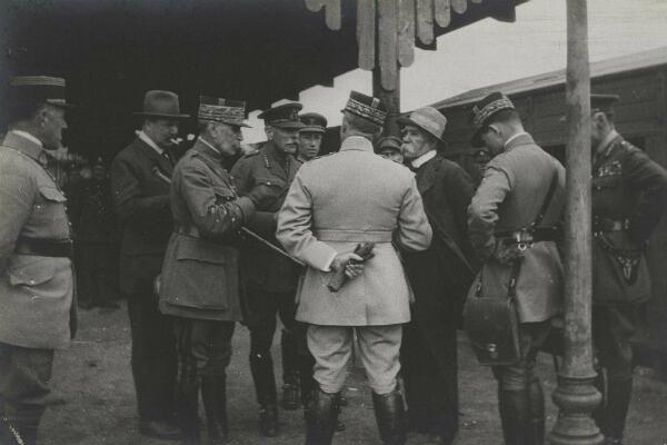 En gare d'Amiens, le 18 août 1918, l'ambassadeur britannique Lord Derby, les maréchaux Foch et Haig et le président du conseil Georges Clémeanceau