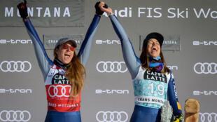 Les Italiennes Sofia Goggia (à gauche) et Elena Curtoni, respectivement 1ère et 3e de la Descente de la Coupe du monde de ski alpin à Crans-Montana  en Suisse le 23 janvier 2021.