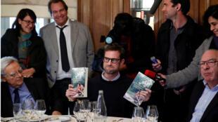 """El escritor francés Nicolas Mathieu celebra en el restaurante Drouant en París su premio Goncourt 2018, por su novela """"Leurs enfants après eux"""" (Sus hijos después de ellos)."""