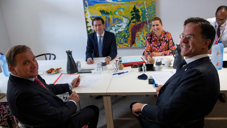 El primer ministro de Países Bajos, Mark Rutte, junto con el primer ministro de Suecia, Stefan Lofven, el canciller de Austria, Sebastian Kurz, y la primera ministra de Dinamarca, Mette Frederiksen, en una reunión paralela a la cumbre de la UE en el edificio del Consejo Europeo en Bruselas, Bélgica, el 18 de julio de 2020.