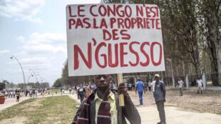 Un manifestant brandit une pancarte lors d'un rassemblement de l'opposition congolaise, le 27 septembre 2015 à Brazzaville.