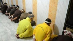 """صورة نشرتها وزارة العدل العراقية في 29 حزيران/يونيو 2018 لجهاديين من تنظيم """"الدولة الإسلامية"""" معصوبي الأعين ومقيدي الأيدي"""