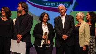 La directora colombiana Cristina Gallego junto a Serge Forh, presidente del Festival de Biarritz, Francia, el 29 de septiembre 2018.
