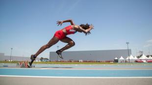 La colombiana Angie Saray Gonzalez Echeverria, practica en el campo de atletismo del Parque Olímpico Juvenil en Buenos Aires , Argentina, el 5 de octubre de 2018.