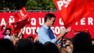 Pedro Sánchez, presidente del Gobierno español y candidato por el PSOE, asiste a un mitin de cierre de campaña en Madrid, España, el 26 de abril de 2019.