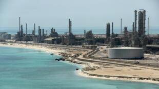 Imagen de archivo de la refinería Ras Tanura, de la petrolera saudita Aramco, tomada el 21 de mayo de 2018.
