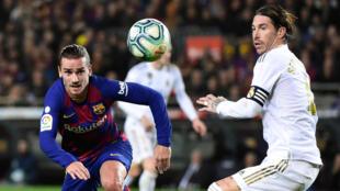 L'attaquant du Barça Antoine Griezmann à la lutte avec le capitaine du Real Sergio Ramos, lors du dernier clasico disputé au Camp Nou, le 18 décembre 2019
