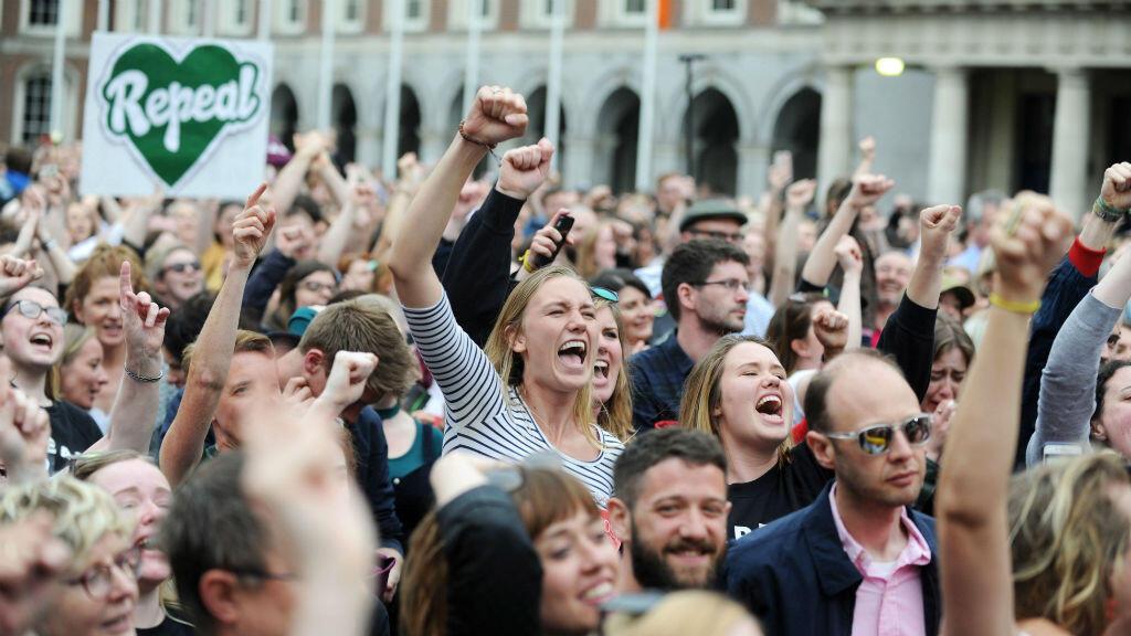 Decenas de irlandeses celebraron los resultados del referendo sobre el aborto el 26 de mayo de 2018.
