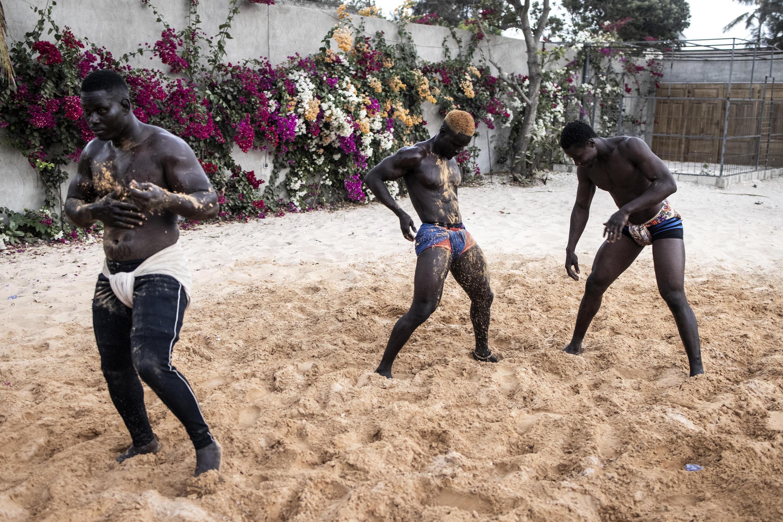 Les lutteurs s'enduisent de sable pour se préparer à l'entraînement.