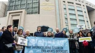 """متظاهرون يرفعون لافتة كتب عليها بالتركية """"أطلقوا سراح المدافعين عن الحقوق"""" خلال وقفة احتجاجية أمام محكمة في إسطنبول في 25 أكتوبر 2017"""