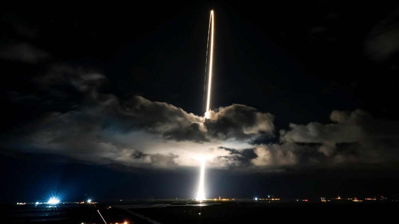 La nave espacial 'Lucy', sobre un cohete Atlas 5 de United Launch Alliance, despega para una misión que busca estudiar los asteroides troyanos en el sistema solar exterior, en la Estación de la Fuerza Espacial de Cabo Cañaveral, Florida, Estados Unidos, el 16 de octubre de 2021.