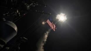 """صورة نشرتها البحرية الأمريكية لإطلاق صاروخ توماهوك من المدمرة """"يو اس اس بورتر"""" في 7 نيسان/أبريل 2017"""