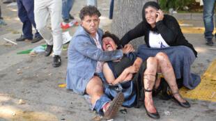 Une femme blessée lors de la double explosion à Ankara, samedi 10 octobre.