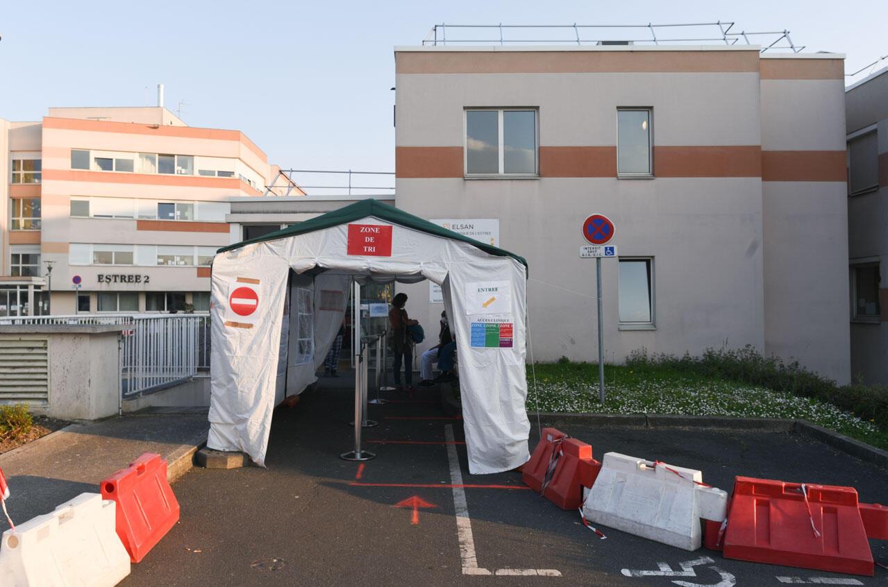 Une tente de tri installée à l'extérieur de la clinique de l'Estrée. En Seine-Saint-Denis, beaucoup de patients se présentent en effet directement aux urgences, du fait d'un manque de médecins de ville.120 patients Covid-19 sont actuellement hospitalisés ici. Ces malades occupent 40% des lits mais mobilisent 70% ressources de l'hôpital, selon le directeur.