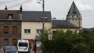Véhicule de police stationné, à quelques mètres de l'Église de la commune de Saint-Étienne-du-Rouvray, mardi 26 juillet.