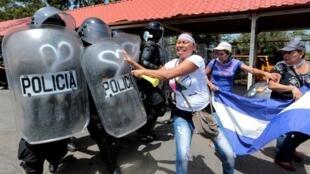 Managua, 23 de septiembre: la policía antimotines carga contra los manifestantes que reclaman la renuncia del presidente Daniel Ortega.