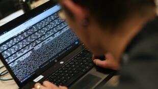 Le Pentagone a lancé mercredi  un concours de piratage de ses réseaux .