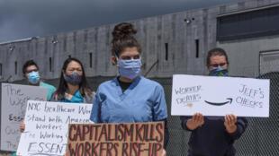 (FILES) Sur cette photo prise le 1er mai 2020 des manifestants protestent contre les conditions de travail chez Amazon devant l'immense entrepôt du groupe à Staten Island à New York