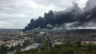 Vista general del incendio que estalló durante la noche en la fábrica de Lubrizol en la ciudad portuaria del norte de Francia, Rouen, el 26 de septiembre de 2019.