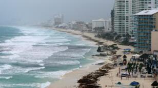 Una playa sin turistas muestra la llegada de la tormenta subtropical Alberto a Cancún, México. 25 de mayo de 2018.