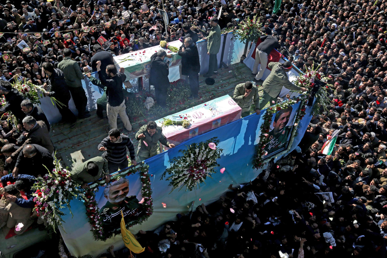 El pueblo iraní asiste a una procesión fúnebre y entierro para el mayor general iraní Qassem Soleimani, jefe de la élite de la Fuerza Quds, que murió en un ataque aéreo en el aeropuerto de Bagdad, en su ciudad natal en Kerman, Irán , el 7 de enero de 2020.