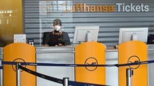 Une employée de la Lufthansa à un comptoir de vente de billets, le 3 juin 2020 à l'aéroport de Munich