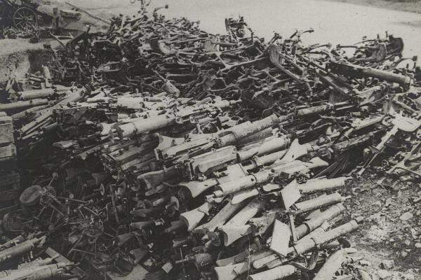 Des mitrailleuses et fusils mitrailleurs allemands capturés par les Britanniques dans le secteur d'Amiens, en août 1918