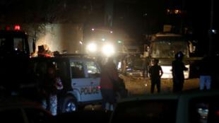 La police égyptienne inspecte la scène de l'explosion du bus à Gizeh, en Égypte, le 28 décembre 2018.