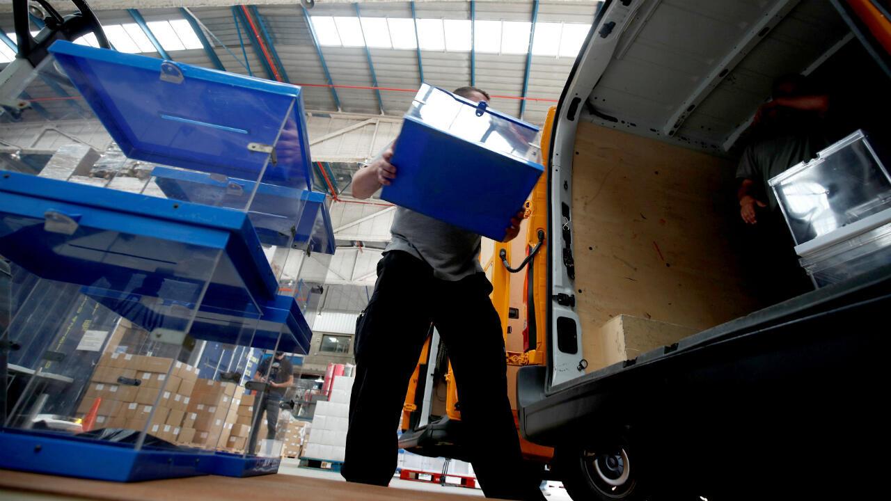 Trabajadoras transportan urnas hacia los colegios electorales de Barcelona el 22 de mayo ante las elecciones que se celebrarán el próximo 26 de mayo